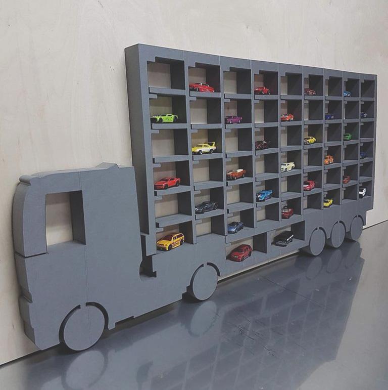 Wycięta półka na kształt ciężarówki