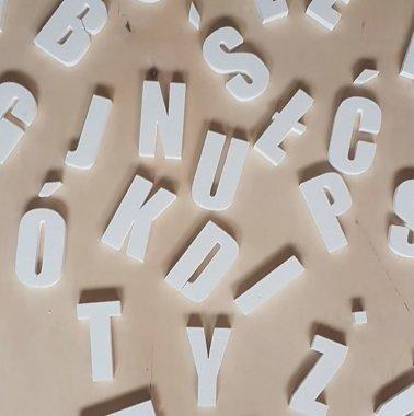 Litery i cyfry wycięte ze styropianu